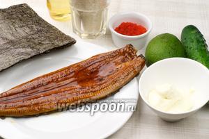 Для приготовления урамаки с копченым угрём необходимо взять огурец, авокадо, тобико, сливочный сыр, рис и листы нори.