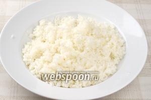 В готовый горячий рис добавить заправку и хорошо перемешать палочками.