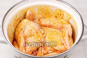 Курицу хорошо помыть, обсушить и залить маринадом, а затем поставить в холодильник на ночь.