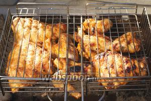 Готовое мясо подавать с овощами или другим гарниром.