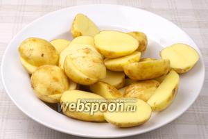 Молодой картофель хорошо помыть щёткой, крупный порезать на 2 или 4 части.