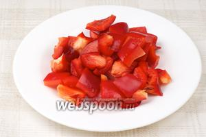 Перец помыть, удалить семена и порезать.