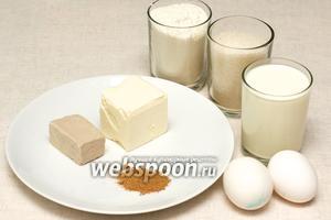 Для приготовления булочек нам понадобится сахар, мука, маргарин, яйца, молоко и в качестве начинки сахар и корица. Все продукты должны быть комнатной температуры, маргарин и дрожжи почти растаявшими.