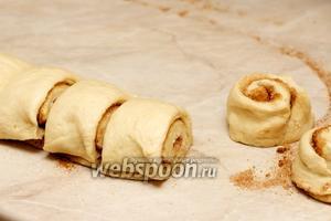 Порезать рулет на порции — булочки толщиной 3-4 см, получается из 1 порции 12-13 штук.