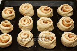 Смазать противень 1 ст. л. растительного масла и выложить булочки на расстоянии друг от друга 2 см, дать расстояться 15 минут.