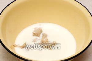 Соединить молоко, 1 ст. л. сахара, щепотку соли и дрожжи.