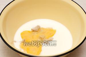 Затем ввести яйца и хорошо перемешать, смесь должна получиться без комочков.