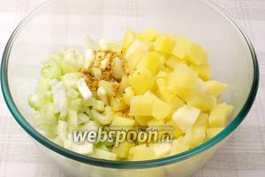 Соединить сельдерей, отваренный картофель, лук и заправку.