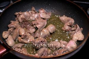 Печень помыть и обжарить 20 минут в сковороде, добавив 1 ст.л. растительного масла.