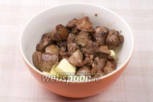Готовую печень переложить в тарелку и добавить сливочное масло.