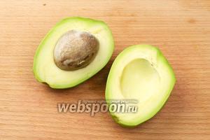 Авокадо также помыть, разрезать пополам и удалить кость. После - очистить от кожуры.