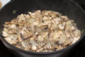 Обжарить лук с грибами на растительном масле до мягкости 15-20 минут, добавив щепотку соли и чёрного молотого перца.