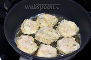 1 яйцо взбить вилкой. Из пюре сформировать лепёшки и обжарить на хорошо разогретом растительном масле, сначала обмакнув их в яйцо, а затем в панировочные сухари.