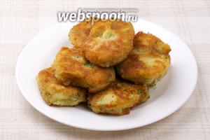 Подавать картофельные биточки со сметаной или, например, с  ореховым соусом .