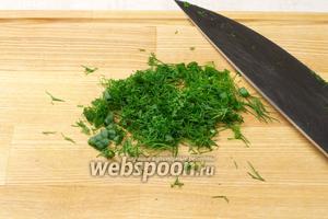 Несколько веточек укропа и 3-4 пера зелёного лука хорошо помыть, обсушить и мелко порезать.