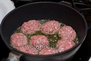 В сковороде разогреть 3-4 ст.л. растительного масла, сформировать котлеты и обжарить.