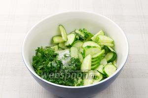 Соединить огурцы, зелень, 1 ст.л. сахара и сок половины лайма.