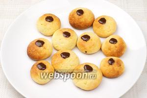 Готовое печенье украсить глазурью.
