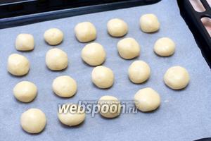 Застелить противень пергаментной бумагой, смазать её сливочным маслом, сформировать руками из теста маленькие шарики и выложить их на расстоянии 2 см друг от друга. Из указанной порции получается 16-18 шт.