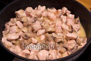 Подавать  с рисом или другим гарниром, или как самостоятельное блюдо.