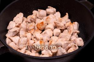 В другой сковороде обжарить филе на сильном огне до получения золотистой корочки.