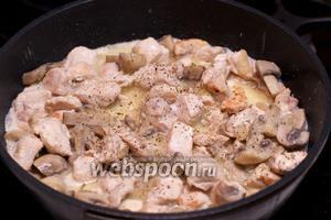 Добавить соль и чёрный молотый перец по вкусу и тушить под крышкой 20-25 минут.