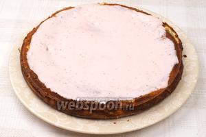 Выложить корж на блюдо смазать половиной крема.