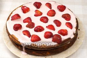 Целые ягоды разрезать на 2-3 части и украсить торт. Подавать с чаем или молоком.