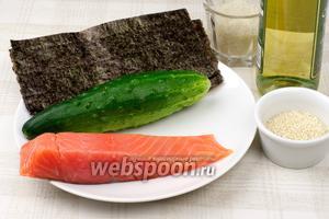 Для приготовления роллов понадобится слабосолёная рыба, огурец, круглозернистый рис, листы нори и уксус.