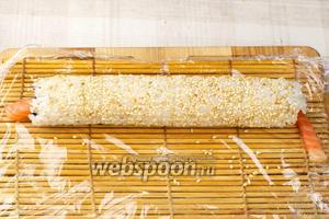 Готовый ролл присыпать кунжутом и оставить полежать стыком вниз 10 минут. Получается 6-7 роллов из указанного количества ингредиентов.