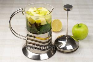 Выложить в чайник яблоко, лимон, сахар, чай и мяту — залить 800 мл кипятка. Оставить настояться на 30 минут.  Подавать с кубиками льда.