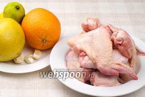 Для приготовления блюда нам понадобится лайм, грейпфрут, апельсин, чеснок, специи и конечно сами куриные крылышки.
