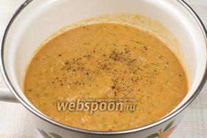 Перелить всё в кастрюлю, добавить соль и чёрный молотый перец по вкусу, а затем поставить суп настаиваться в холодильник на 1-2 часа.