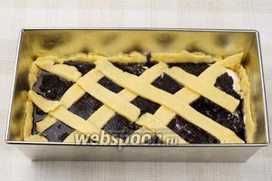 Из оставшейся части теста вырезать полоски и украсить пирог. Выпекать в разогретой до 180 °С духовке 35-45 минут, до румяного цвета.