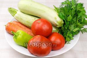 Для приготовления кабачковой икры понадобятся спелые помидоры, сладкий перец, морковь, репчатый лук и зелень.