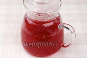 Процедить полученный отвар и добавить охлажденный сок красной смородины. Подавать морс можно как тёплый, так и охлажденный.