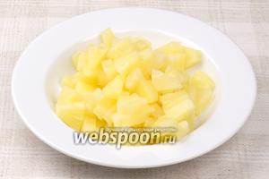 Кружочки консервированного ананаса порезать по 6 частей.