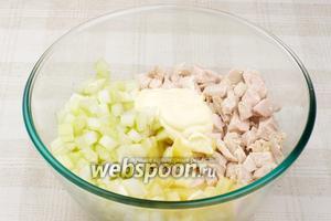 Соединить ананасы, куриное филе и сельдерей, добавить 2-3 столовые ложки майонеза.