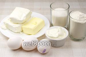 Для приготовления сочников необходимо взять муку, сахар, сметану, яйца, творог жирностью 9% и сливочное масло.