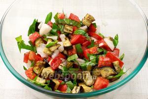 Хорошо перемешать салат, добавить соль по вкусу.