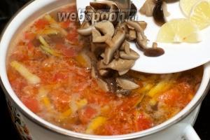 И в самом конце отправляем в кастрюлю грибы с лимоном и даем супу покипеть 3-5 минут. Затем добавляем соль и перец по вкусу.