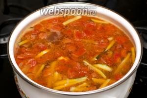 Снять солянку с огня и дать настояться 20-30 минут. Подавать добавив в каждую тарелку по 2-3 оливки, горсть мелко порезанной петрушки и дольку лимона.