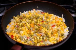 Затем в сковороду добавить мексиканскую смесь и жарить всё 3-5 минут.