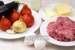 Основные продукты для приготовления греческой мусаки — это баклажаны, спелые помидоры, говяжий фарш, репчатый лук, чеснок и соус на молоке.