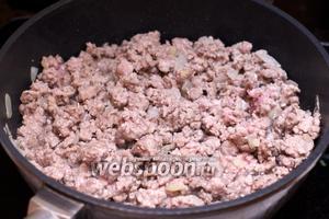 Затем добавить говяжий фарш (600 г), щепотку соли и чёрного молотого перца, и готовить всё, пока фарш не станет бело-розовым, 15-20 минут.