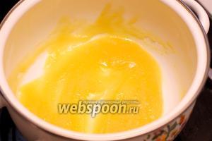 Для приготовления соуса в кастрюле растопить 50 грамм сливочного масла, а затем добавить 3 ст. л. муки. Хорошо всё перемешать до однородного состояния.