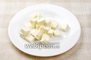 Сыр Фетаксу порезать кубиками со стороной приблизительно 1 см.