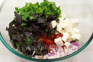 Соединить помидоры, лук, фетаксу, цедру, оливки и маслины, зелень и добавить 3-4 ст.л. оливкового масла.