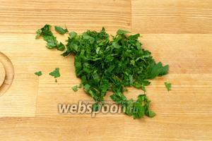 Небольшой пучок петрушки хорошо помыть, обсушить и мелко порезать.