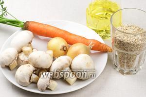 Для приготовления перловой каши понадобится 1-2 средние луковицы, морковка и шампиньоны.